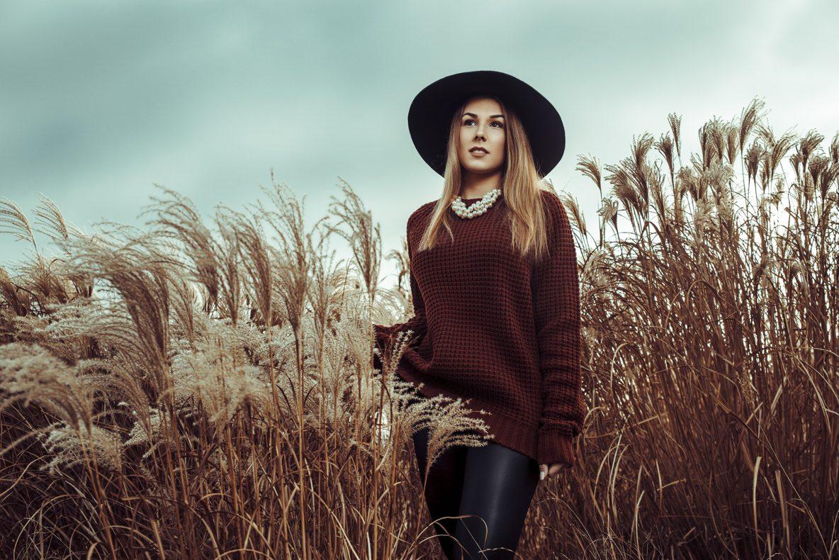 Outdoor Fotografie einer jungen Frau mit Hut in der Natur