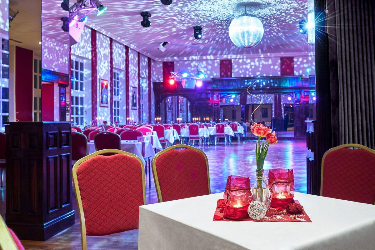 Tanzschule Jegella Interieuraufnahmen großer Tanzsaal mit Partybeleuchtung