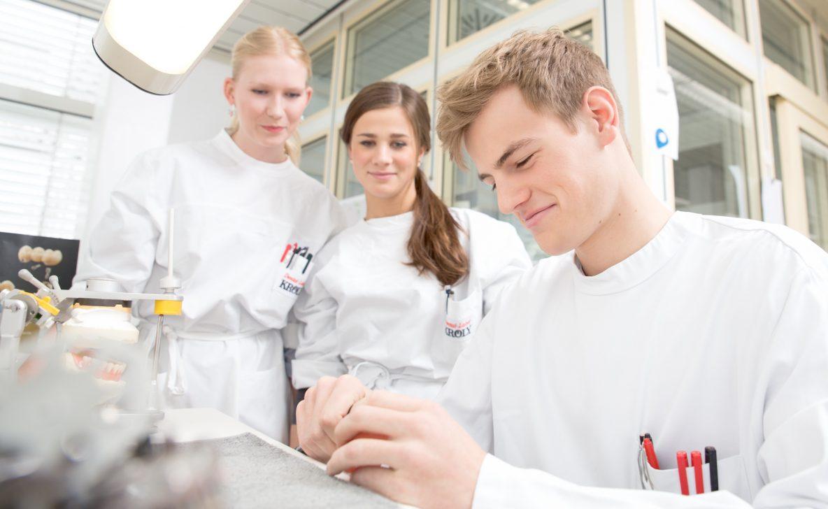 Werbefotografie Zahntechniker Auszubildende bei der Arbeit im Dentallabor in Hannover