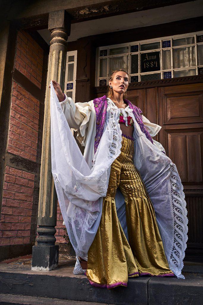 Mode Fotografie junge Frau in Outfit inspiriert durch deutsche Trachten