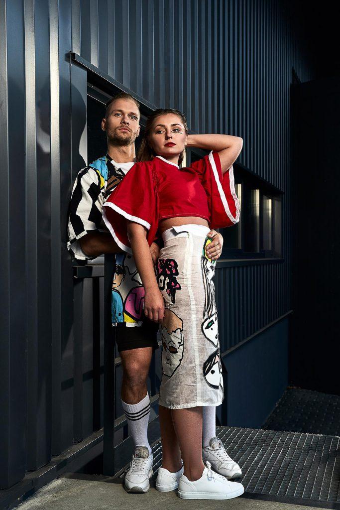 Mode Fotografie junge Menschen in Outfit inspiriert von Gesichtern