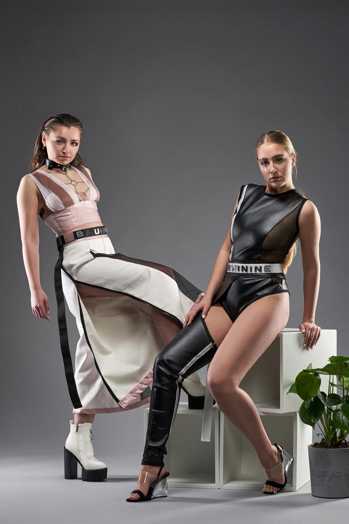 Mode Fotografie junge Frauen in Outfit inspiriert vom Bauhaus