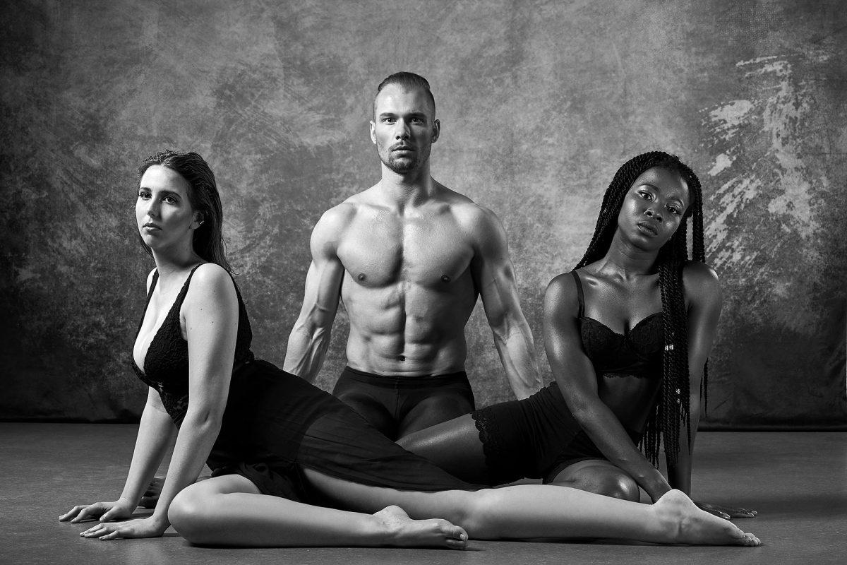 Inszenierte Fotografie drei junge Menschen in tänzerischer Pose - schwarz-weiß