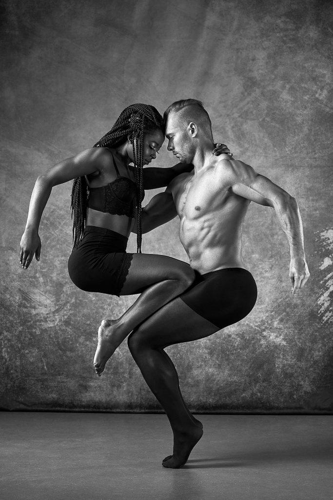 Inszenierte Fotografie Mann und Frau in tänzerischer Pose - schwarz-weiß